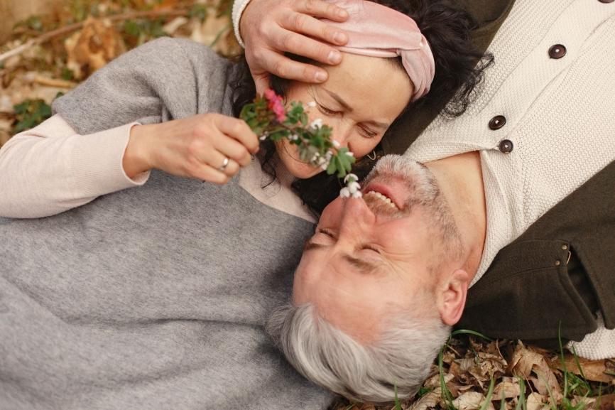 Par ligger i löv